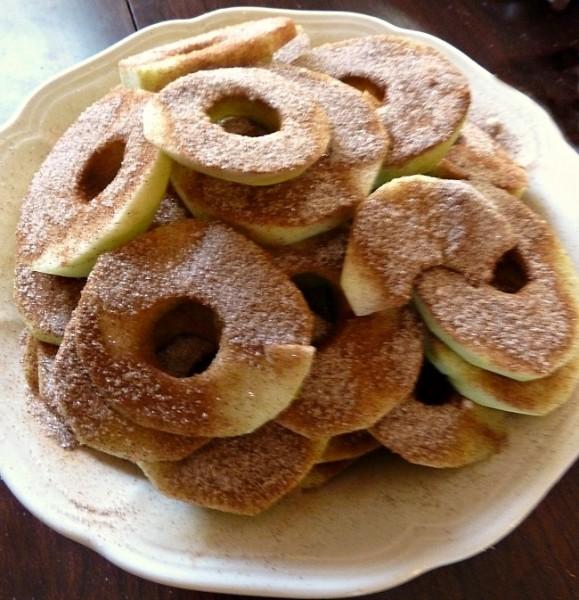 Apple slices with cinnamon and sugar
